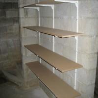 3 rails, 12 équerres, 4 planches et … une étagère sur mesure et solide pour un espace rentabilisé… Merci Bob!